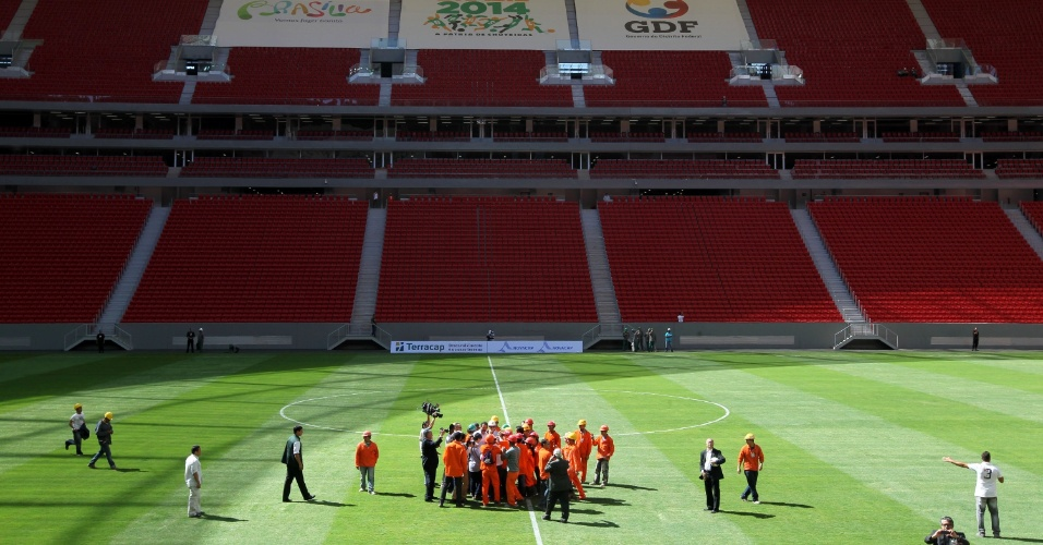 18.mai.2013 - Mané Garrincha foi entregue com cinco meses de atraso