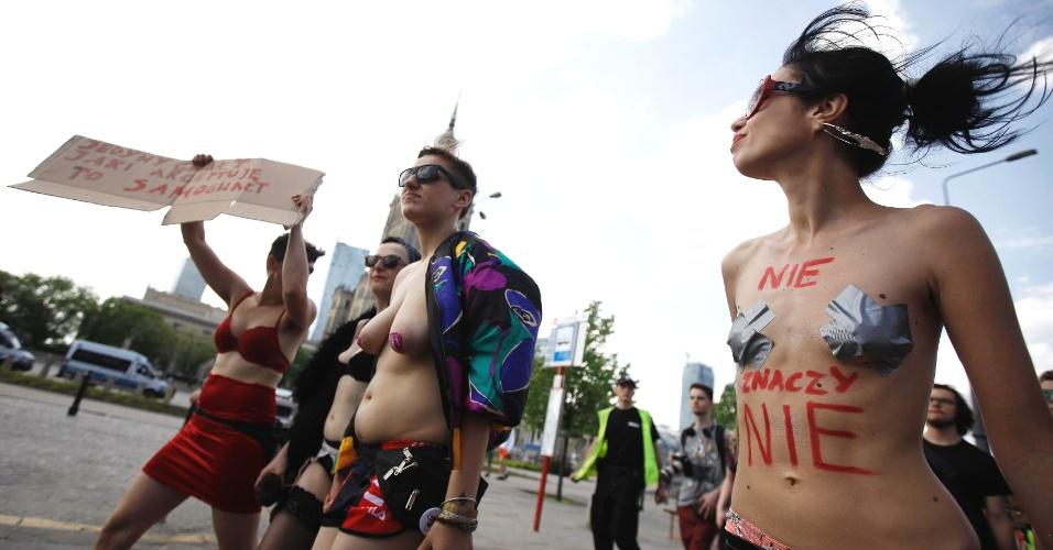18.mai.2013 - Mulheres tiram a blusa durante a marcha das Vadias, em Varsóvia, na Polônia, neste sábado (18)