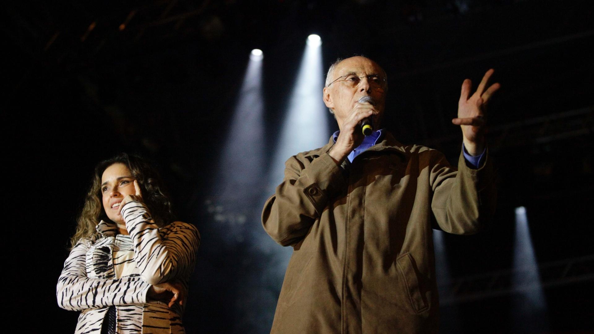18.mai.2013 - O senador Eduardo Suplicy subiu ao palco do show de Daniela Mercury e revelou que teve a carteira furtada. Após o apelo, conseguiu reaver os documentos.