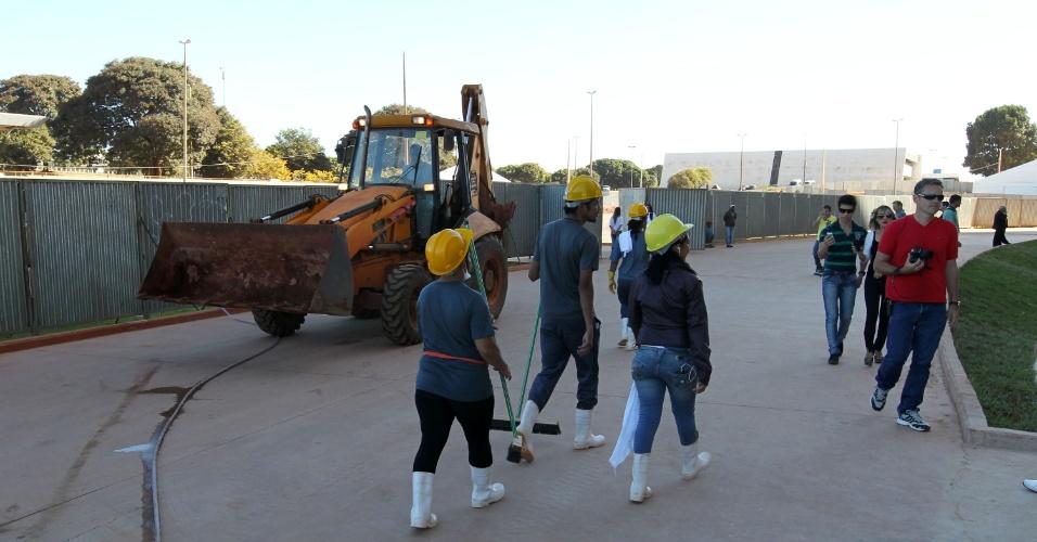 18.mai.2013 - Operários caminham na parte externa do estádio