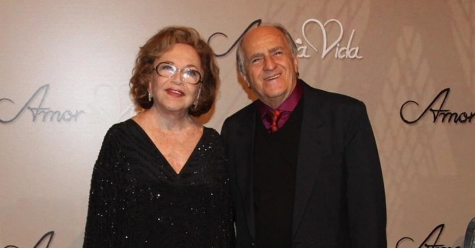 18.mai.2013 - Os veteranos Nathália Timberg e Ary Fontoura posam na festa organizada pela Globo em um restaurante de SP