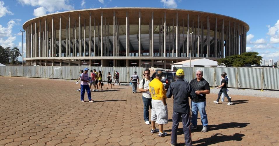 18.mai.2013 - Pessoas circulam ao redor do estádio Mané Garrincha, inaugurado na manhã deste sábado, em Brasília.