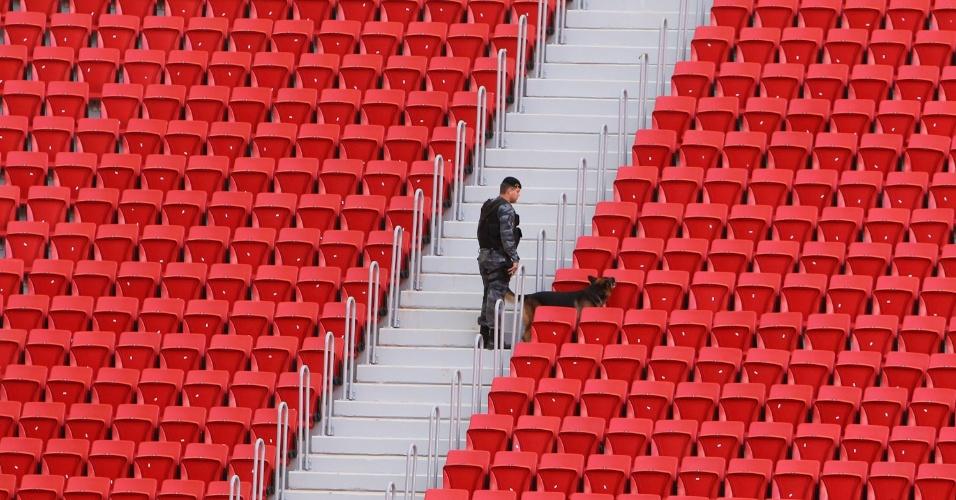 18.mai.2013 - Policial vistoria arquibancadas do estádio