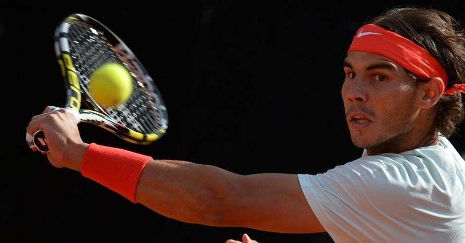 18.mai.2013 - Rafael Nadal bate na bola durante a partida contra tomas Berdych na semifinal de Roma