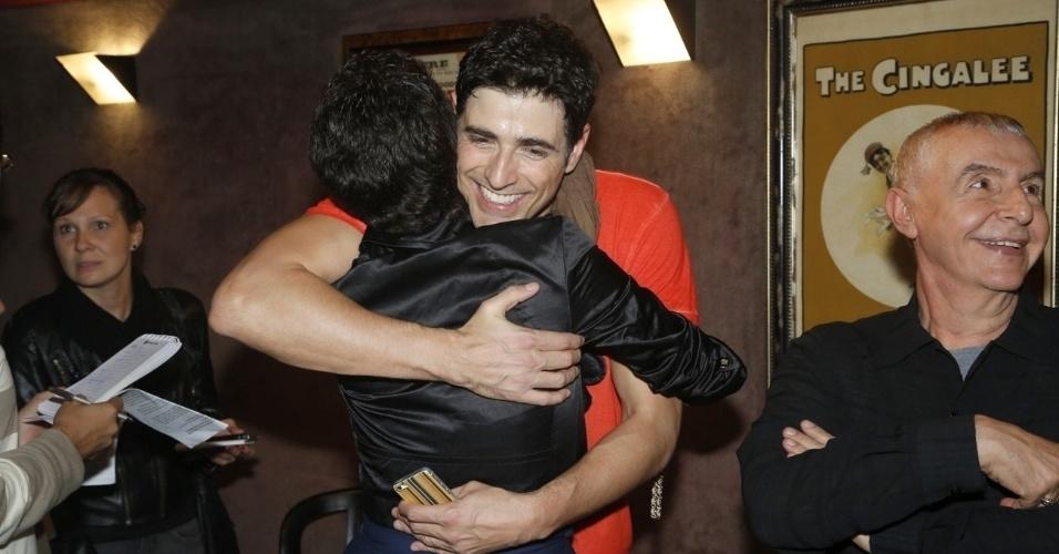 18.mai.2013 - Reynaldo Gianecchini recebe abraço de Larissa Maciel em reestreia de peça no Rio de Janeiro
