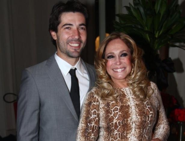 """18.mai.2013 - Susana Vieira chega acompanhada do futuro marido, Sandro Pedroso, na festa de """"Amor à Vida"""""""