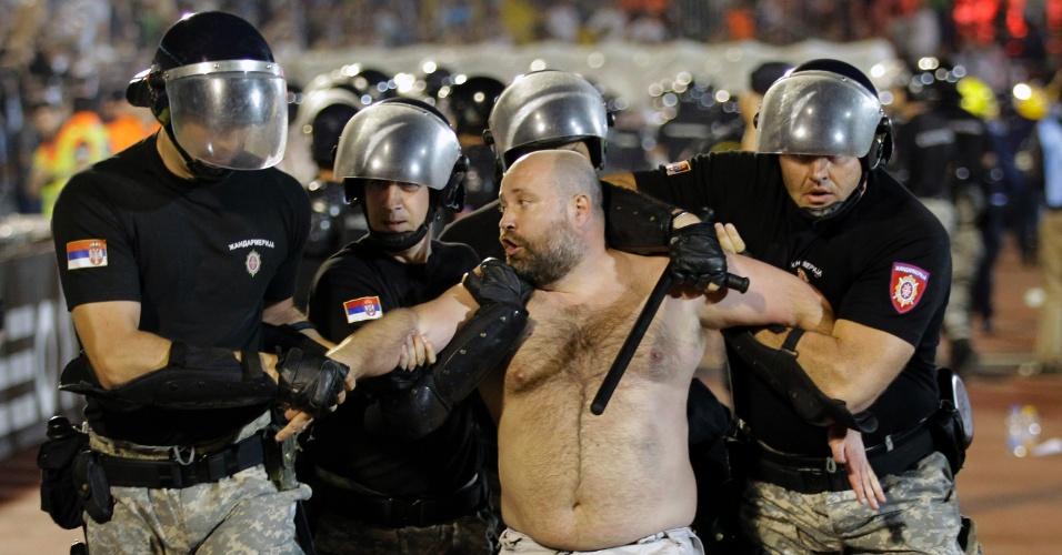 18.mai.2013 - Torcedor do Partizan, da Sérvia, é preso após se envolver em confusão durante o clássico contra o rival Estrela Vermelha