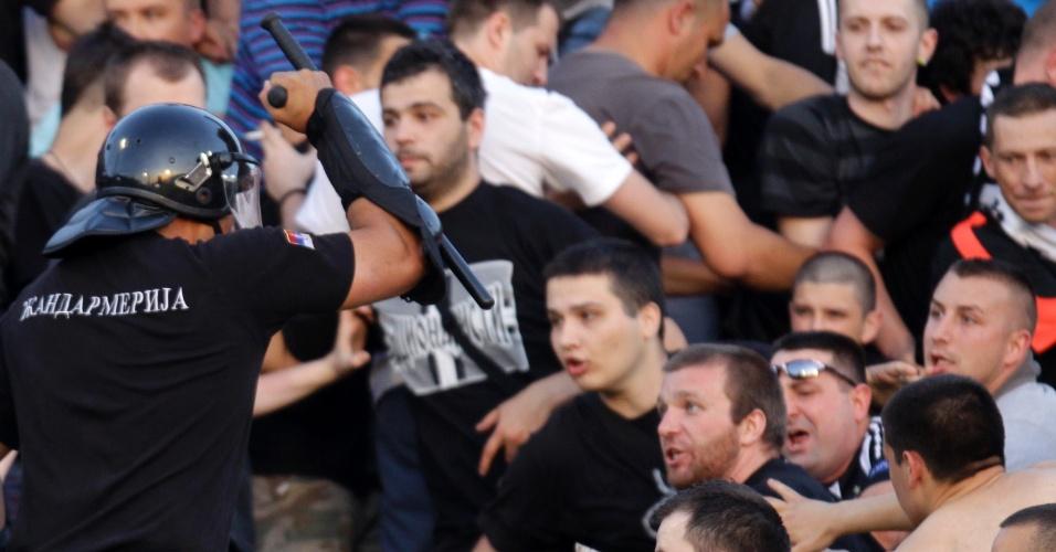18.mai.2013 - Torcedores do Partizan entram em confronto com a polícia durante clássico contra o Estrela Vermelha, pelo Campeonato Sérvio