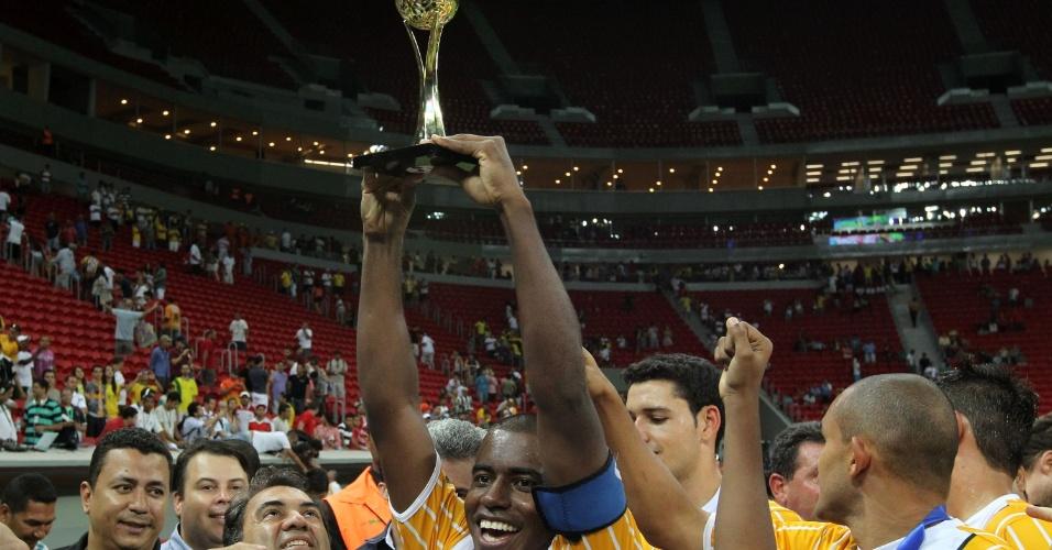 18.maio.2013 - Jogadores do Brasiliense comemoram título do Candangão