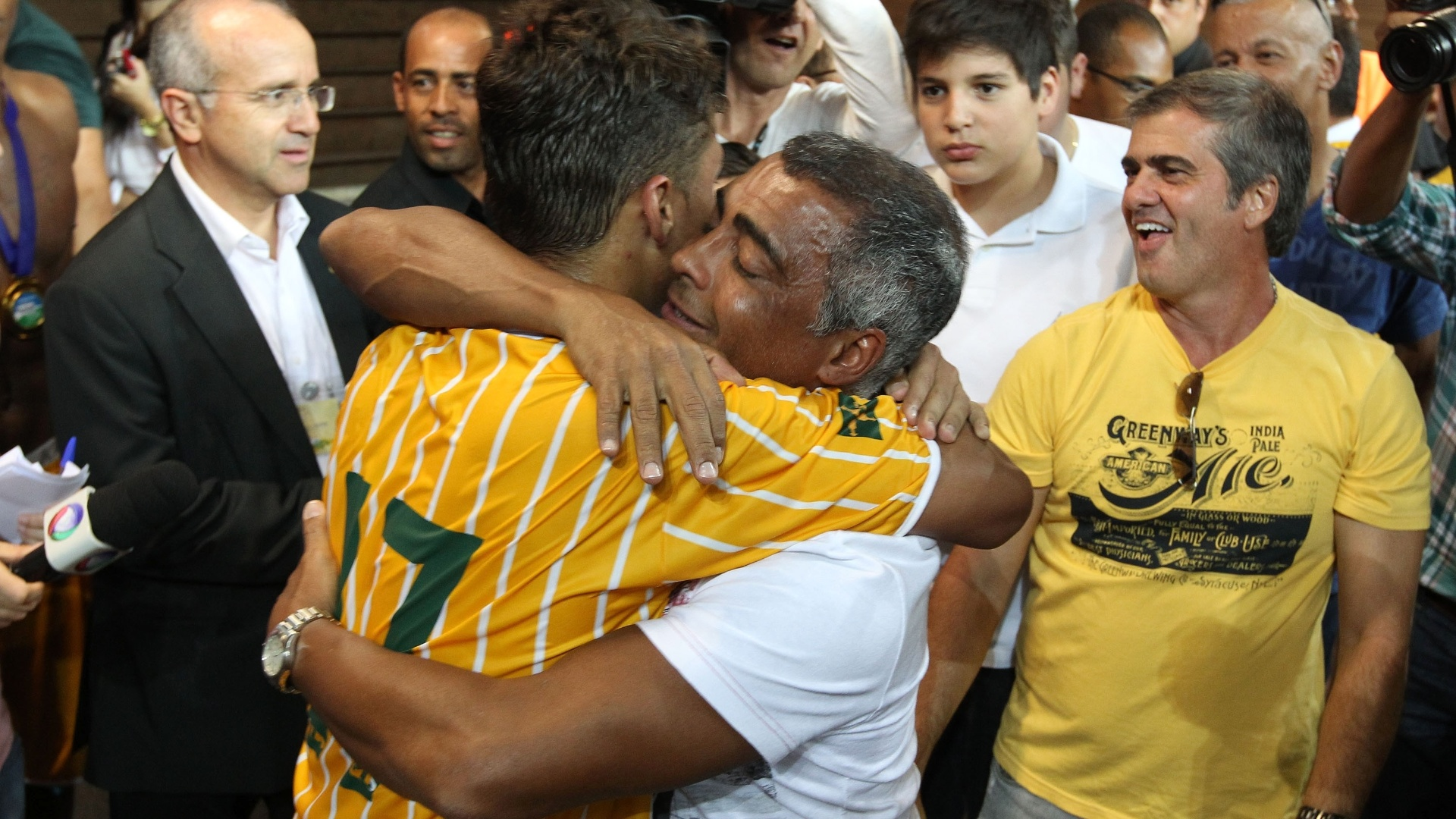 18.maio.2013 - Romrio abraa o filho Romarinho, jogador do Brasiliense
