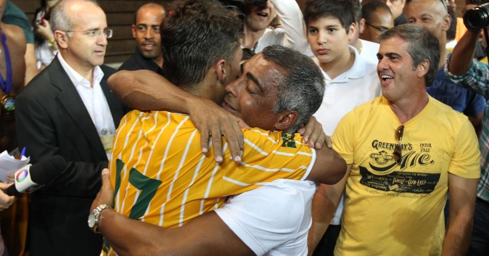 18.maio.2013 - Romário abraça o filho Romarinho, jogador do Brasiliense