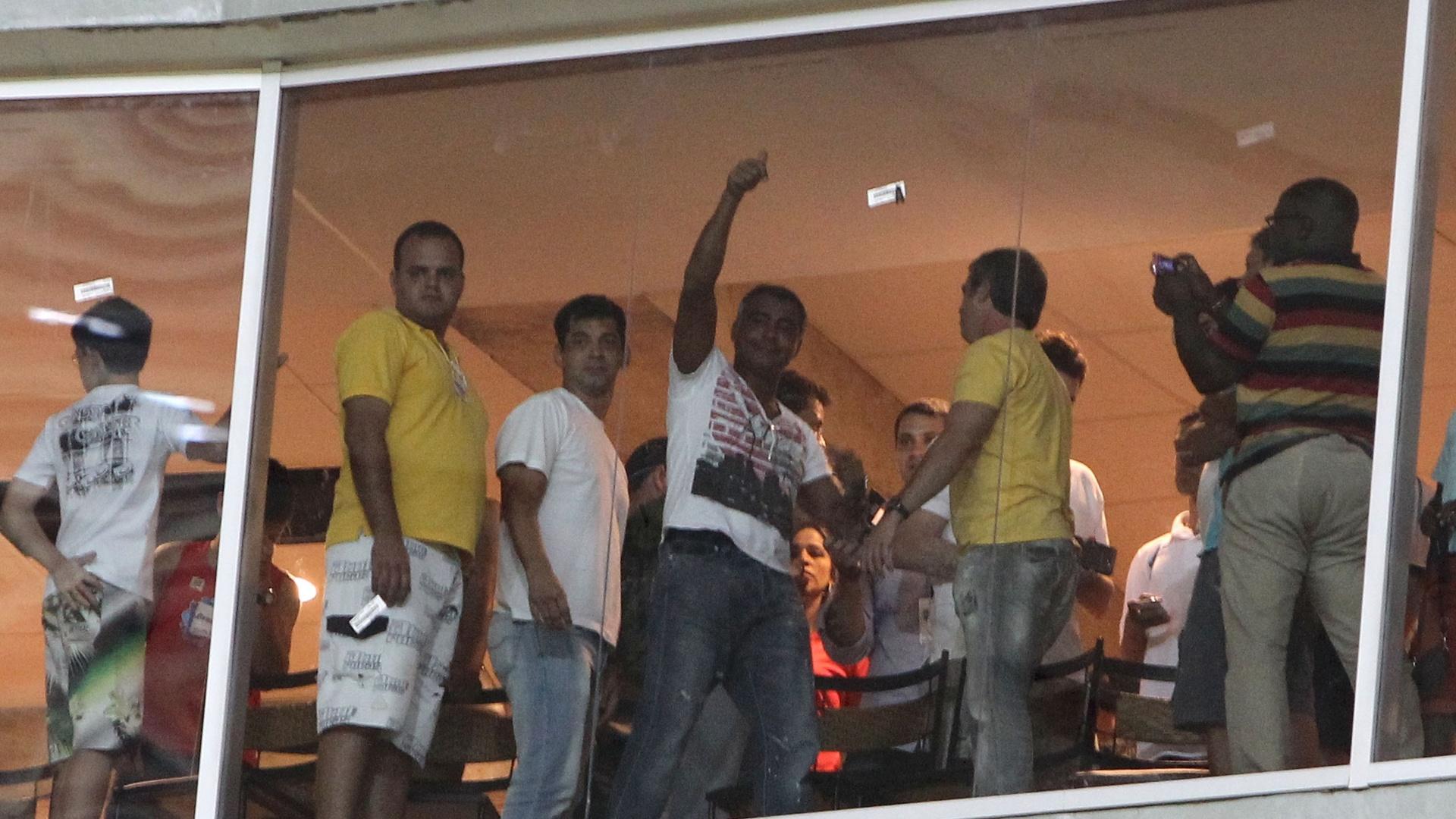 18.maio.2013 - Romário vibra do camarote com título do filho