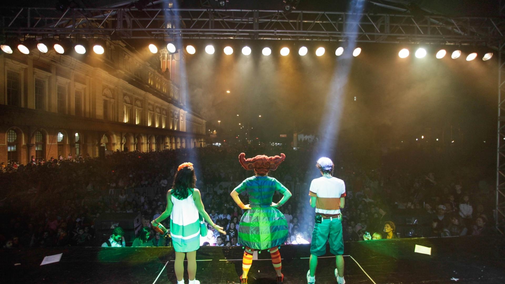 18.mar.2013 - O Palavra Cantada se apresenta no Palco Luz no centro de São Paulo durante a 9ª edição da Virada Cultural