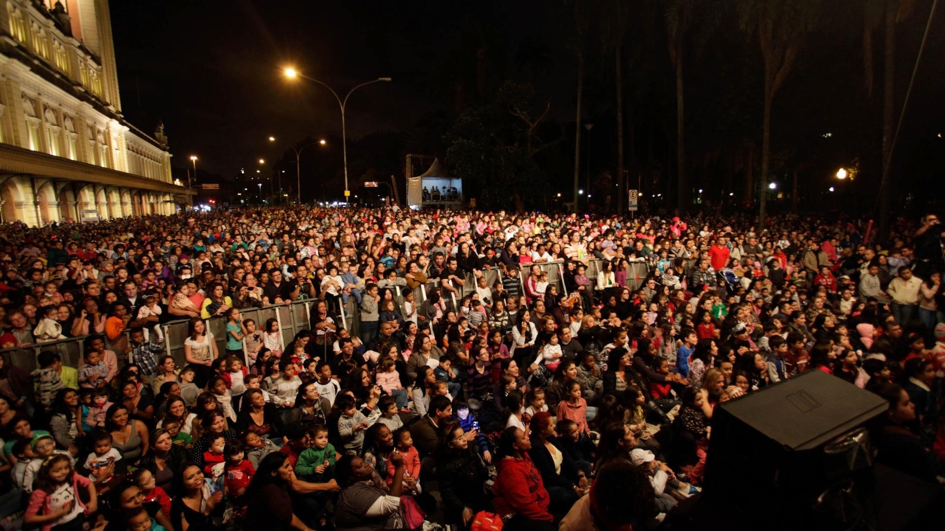 18.mar.2013 - Público acompanha apresentação do Palavra Cantada no Palco Luz no centro de São Paulo durante a 9ª edição da Virada Cultural