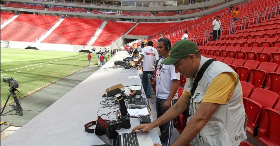 Repórteres fazem final de torneio na arquibancada. Cabines não estão prontas