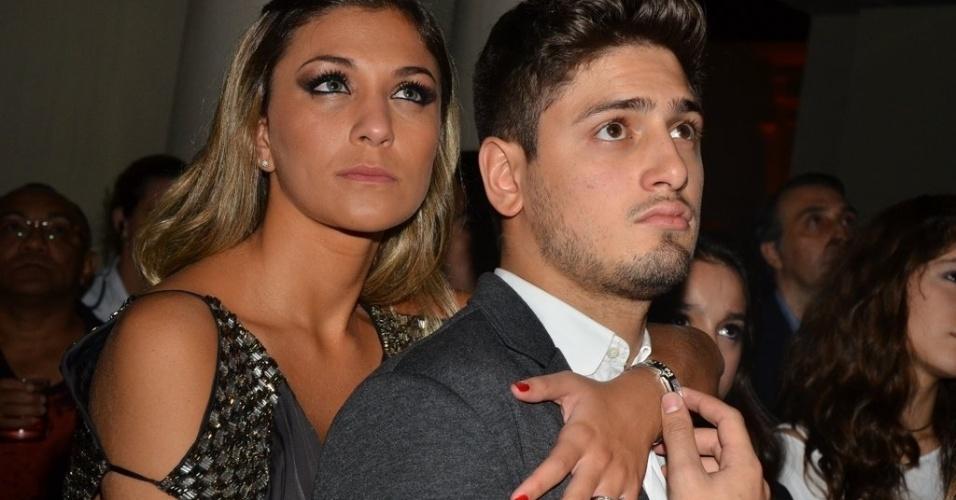 18.mai.2013 - Daniel Rocha e a namorada assistem vídeo de divulgação da trama durante festa de lançamento da novela em São Paulo