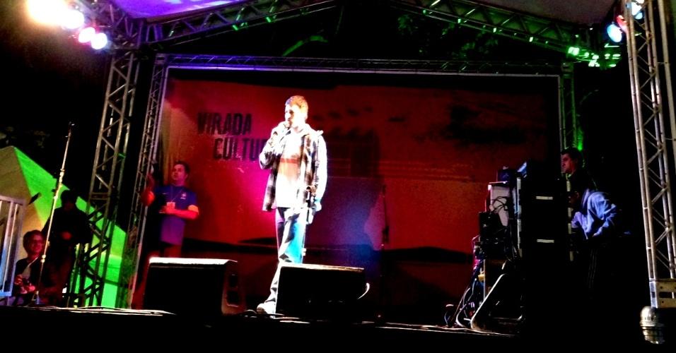 18.mai.2013 - O humorista Rafinha Bastos abre sua apresentação no Palco Sé da Virada Cultural 2013, dedicado ao Stand-Up