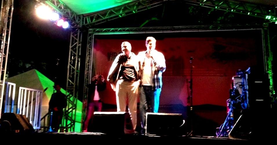 18.mai.2013 - O humorista Rafinha Bastos encerra sua apresentação no Palco Sé da Virada Cultural 2013, dedicado ao Stand-Up, chamando seu pai, Júlio, para subir ao palco