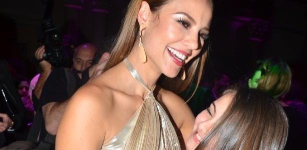 18.mai.2013 - Paolla Oliveira abraça a atriz mirim Klara Castanho durante festa organizada pela Globo em um restaurante de São Paulo