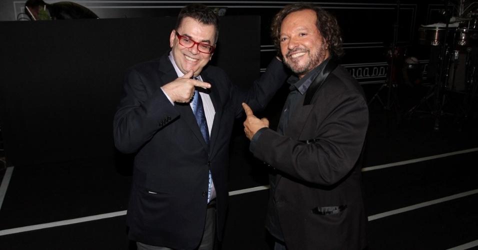 """18.mai.2013 - Walcyr Carrasco (à esq) e Wolf Maya conversam durante festa de lançamento da novela global """"Amor à Vida"""", em São Paulo"""