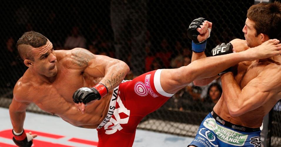 18.mai.2013 -Belfort venceu por nocaute no primeiro round de maneira espetacular, com um chute giratório perfeito no rosto de Rockhold