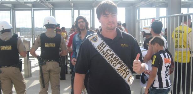 Torcedor do Atlético-MG ostenta a faixa de bicampeão mineiro na chegada ao Mineirão