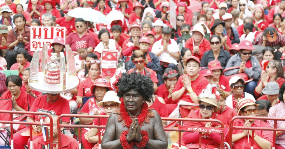 """19.ami.2013 - Manifestantes do grupo """"camisas vermelhas"""" participam de cerimônia que marca o terceiro aniversário de um grande protesto anti-governo em Bancoc, na Tailândia, que durou nove semanas e foi marcado por confrontos violentos"""