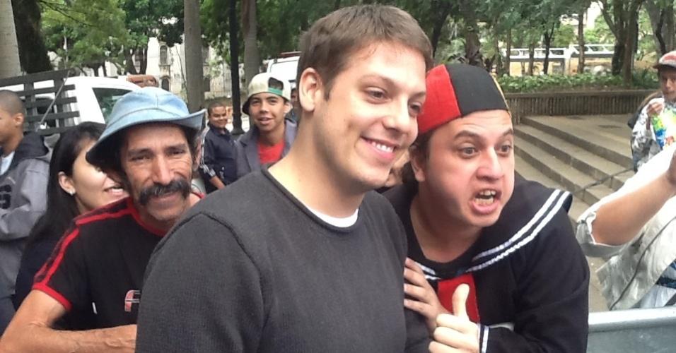 19.mai.2013 - Fábio Porchat tira fotos com fãs durante a Virada Cultural de São Paulo