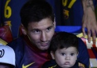 Messi leva filho, Barcelona recebe homenagem de rival por ttulo e vence