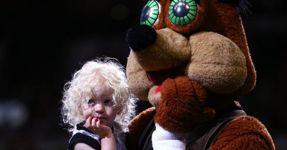 19.mai.2013 - Mascote do San Antonio Spurs faz apresentação com jovem torcedora na partida entre San Antonio Spurs e Memphis Grizzlies