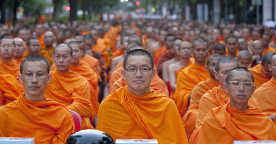 19.mai.2013 - Monges budistas oram neste domingo (19) em Bancoc (Tailândia) durante cerimônia matinal em preparação à data sagrada Visaka Bucha, que acontece no dia 24 de maio e comemora o nascimento, a iluminação e a morte de Buda.