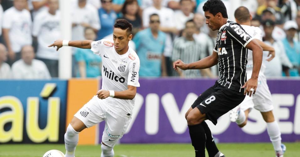 19.mai.2013 - Neymar é marcado por Paulinho, volante do Corinthians, durante a final do Paulistão