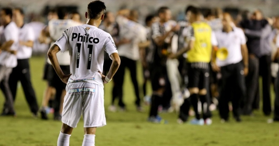 19.mai.2013 - Neymar observa de longe a festa do título corintiano após empate por 1 a 1 na Vila Belmiro