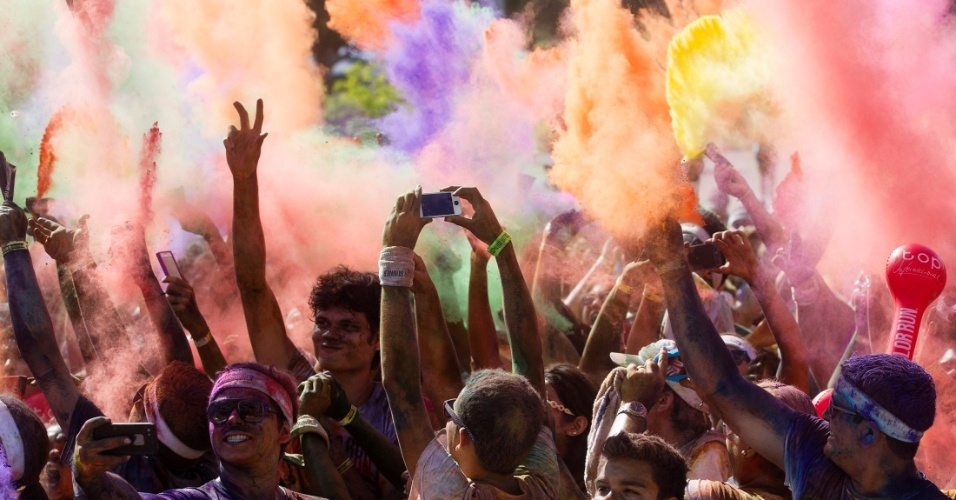 """19.mai.2013 - Participantes competem na corrida de cinco quilômetros """"Color Run"""", neste domingo (19), em Manaus, na Amazônia. No evento, os corredores recebem pós coloridos para jogar durante a prova. Segundo a organização, sete mil corredores participaram da segunda edição da corrida"""