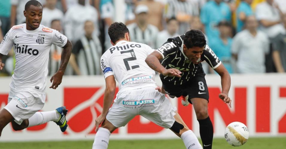 19.mai.2013 - Paulinho, volante do Corinthians, é derrubado por Edu Dracena, do Santos, durante a decisão do Paulista