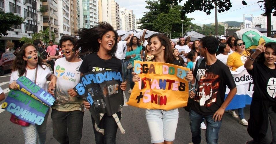 """19.mai.2013 - População participa de encontro católico denominado """"Bote Fé"""", neste domingo (19), em Niterói, no Rio de Janeiro. O evento, que faz parte dos preparativos para a Jornada Mundial da Juventude, tem expectativa de receber cerca de 70 mil pessoas"""
