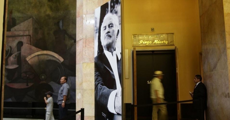 19.mai.2013 - Público visita, neste domingo (19), exposição sobre Carlos Fuentes, no palácio de Belas Artes, na Cidade do México. Intelectuais prestaram homenagem ao escritor em seu primeiro aniversário de morte com uma mesa redonda
