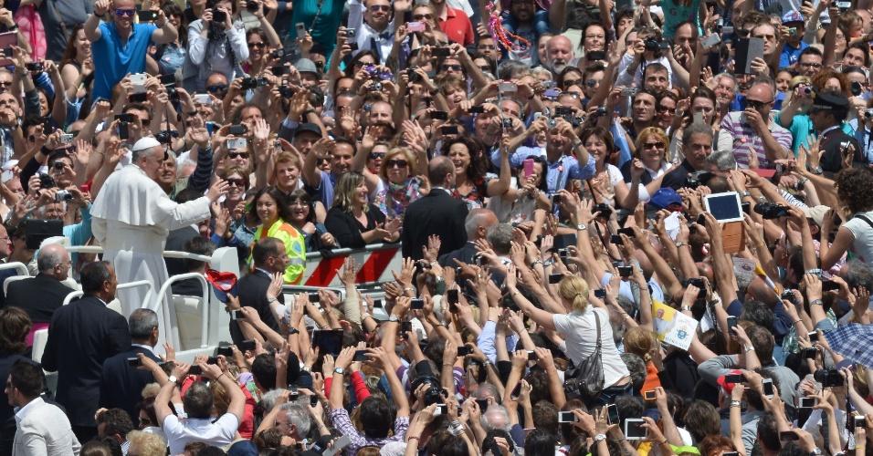 19.mai.2013 - Quase 200 mil fiéis se reuniram neste domingo na praça de São Pedro, segundo o Vaticano, para acompanhar a missa de Pentecostes celebrada pelo Papa Francisco, que alertou para o perigo de divisões dentro da Igreja