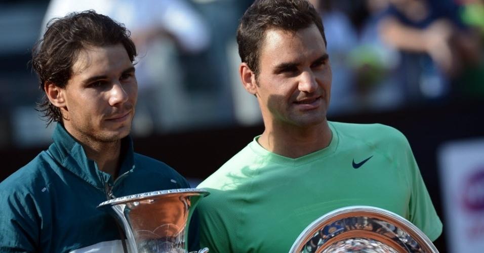 19.mai.2013 - Rafael Nadal e Roger Federer posam com os troféus de campeão e vice do Masters 1000 de Roma
