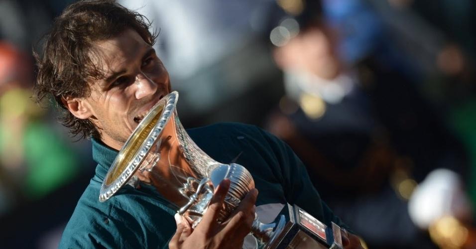 19.mai.2013 - Rafael Nadal morde a taça do Masters 1000 de Roma, conquistada com