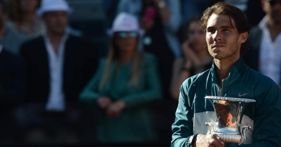 19.mai.2013 - Rafael Nadal segura a taça do Masters 1000 de Roma, sua sétima no torneio