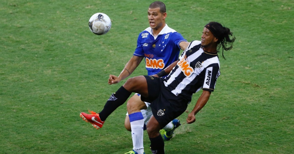 19.mai.2013 - Ronaldinho tenta chapeu durante a partida entre Atlético-MG e Cruzeiro