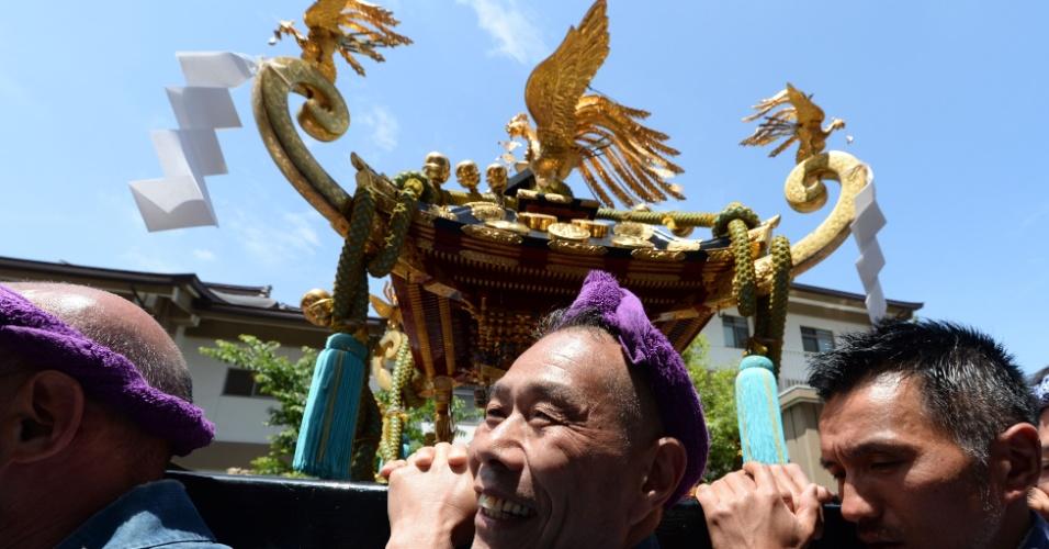 19.mai.2013 - Santuário portátil é carregado neste domingo (19) por rua de Tóquio (Japão) durante o Sanja Matsyru, o maior festival da cidade