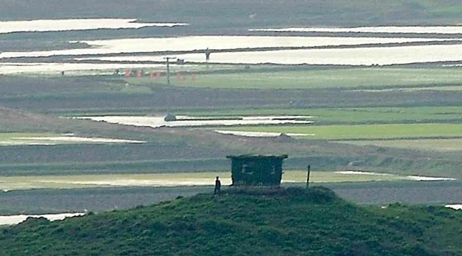 19.mai.2013 - Soldado norte-coreano patrulha em aldeia da Coreia do Norte, que voltou a lançar neste domingo pelo segundo dia consecutivo um míssil de curto alcance ao mar do Leste (mar do Japão) a partir de sua costa oriental