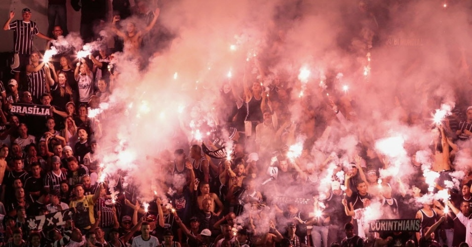 19.mai.2013 - Torcedores corintianos fazem a festa na Vila Belmiro pouco antes do fim do empate por 1 a 1 contra o Santos