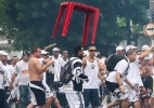Bandeira da torcida rival causa briga entre polcia e santistas na Vila