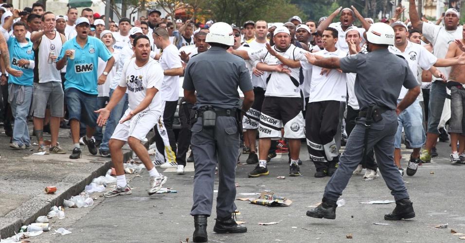 19.mai.2013 - Torcedores do Santos entram em confronto com a Polícia Militar antes da final do Campeonato Paulista, contra o Corinthians