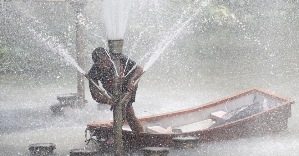 19.mai.2013 - Trabalhador repara tubulação de água na província de Chiang Mai, no norte da Tailândia