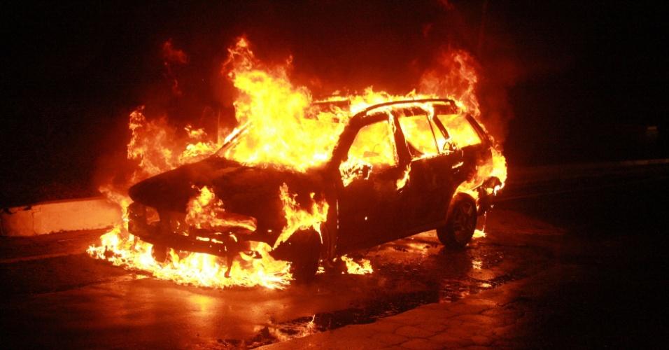 19.mai.2013 - Um carro pegou fogo na avenida Paralela, uma das mais movimentadas de Salvador, na Bahia, neste domingo (19). Segundo agentes da Transalvador, o proprietário do veículo identificou o início do fogo e logo em seguida abandonou o carro. O trânsito ficou complicado na região e ninguém ficou ferido