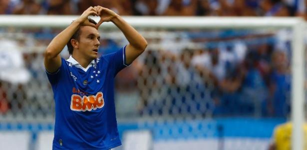 Dagoberto, que ficou quase três meses parado por contusão, volta a ser titular do Cruzeiro neste domingo